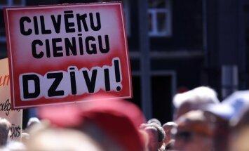 Strīdi Saeimā: nespējot panākt lielāku atbalstu pensionāriem, atliek partiju finansējuma dubultošanu