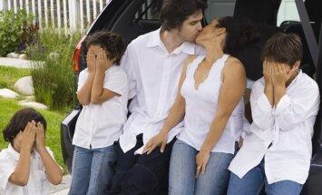 Vecāki skūpstās bērna klātbūtnē: tas ir normāli vai nē