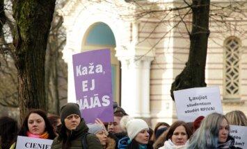 ФОТО: Примерно 250 человек у здания правительства протестуют против ликвидации RPIVA