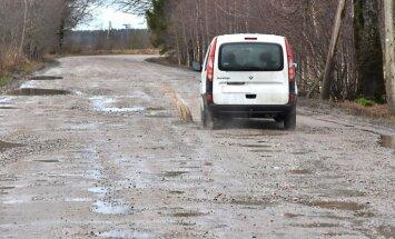 Pirmdien ceļi var apledot; lietavas pasliktinājušas grants ceļus