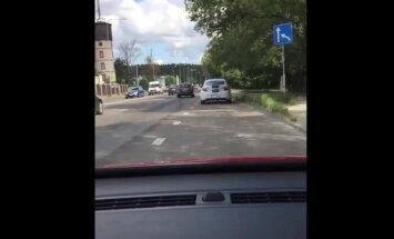 Aculiecinieka video: Ceļu policijas ekipāža noparkojusies uz ieskrējiena joslas