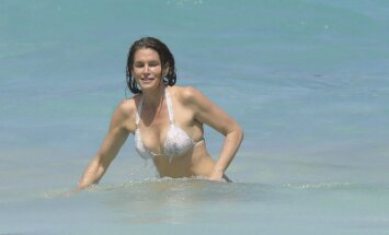 Paparaci foto: 51 gadu vecā Krouforde gozējas bikini