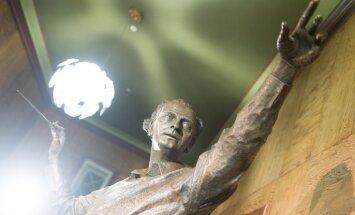 Foto: Svinīgi atklāta leģendārā diriģenta Arvīda Jansona skulptūra