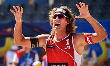 Samoilovs un Šmēdiņš ar grūtu uzvaru sāk Pasaules kausa finālturnīru pludmales volejbolā
