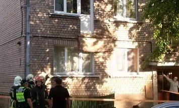 ФОТО: В Риге обрушился заасфальтированный балкон многоэтажки, пострадали два человека