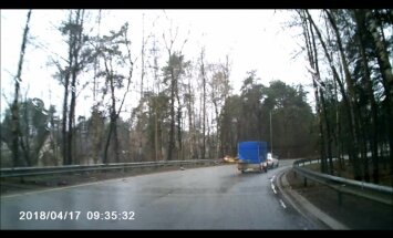 ВИДЕО: Машину стало кидать из стороны в сторону. Заснят момент аварии в Берги