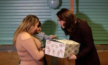 Foto: Hercogiene Katrīna gaidībās iepriecina bērniņus ar dāvanām