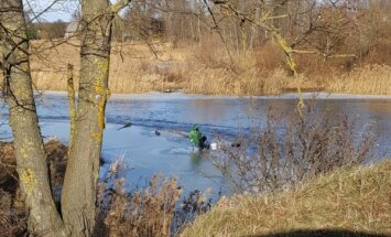 Jelgavā spītīgi turpina zvejot zemledus makšķernieki