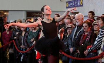 Foto: Centrālajā stacijā atklāj Baltijas baleta festivālu