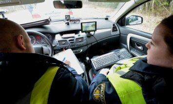 Šoferiem dokumenti būs arī 'jāiedod rokās' pārbaudei policistiem