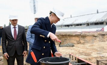 Foto: Ar svinīgo vēstījuma kapsulas iemūrēšanu sākta 'Daugavas' stadiona tribīņu pārbūve