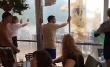 Video: Kā spēcīgais vējš Jūrmalā šūpoja kafejnīcu sienas