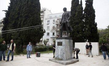 Foto: Atēnās protestētāji mēģina nogāzt Trumena statuju