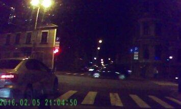 Amizants video: Pie sarkanā luksofora signāla aizjož divi gājēji un auto