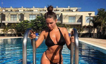 Kārdinoši kadri: Anglijā slavenā latviešu kailfoto modele Sabīne gozējas bikini