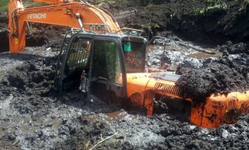 Foto: Par purvā nogrimušu ekskavatoru BTA izmaksā 109 tūkstošu eiro atlīdzību