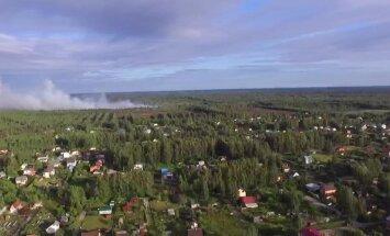 ВИДЕО: Рижане жалуются на сильную вонь, в Олайнском крае горит торфяное болото