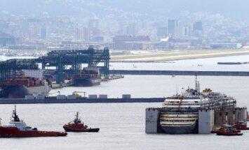 Foto: 'Costa Concordia' noslēdz pēdējo braucienu un pietauvojas Dženovā