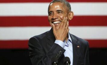 Obama Baltā nama vakariņās joko par Trampu un 'nomet mikrofonu'