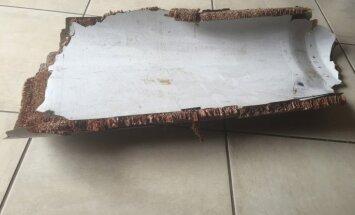 Foto: Mozambikā, iespējams, atrasta vēl viena Malaizijas lidmašīnas atlūza