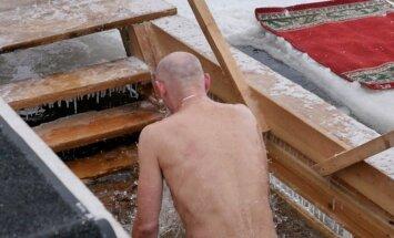 Video: Kā ticīgie aukstumā svētītos Daugavas ūdeņos gremdējās