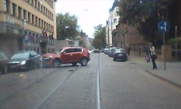 ВИДЕО: Глупая. Очень глупая авария на улице Миера