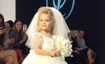 Aizkustinoši kadri: Pugačovas un Galkina mazulīte defilē līgavas tērpā