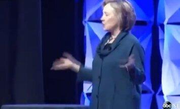 Video: Hilarijai Klintonei Lasvegasā met ar kurpi
