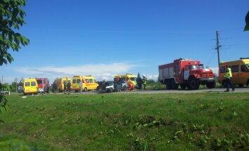 Smaga avārija uz Ventspils šosejas: trīs bērni un pieaugušie nogādāti slimnīcā (plkst. 20:39)