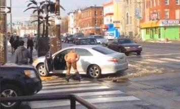 Video: Vīrietis sasit savu auto un kails dejo pie lūžņiem