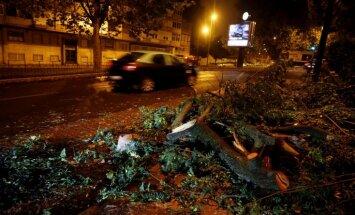 Portugāli skārusi viesuļvētra 'Leslija'