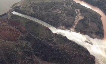 Video: Izdevies nocietināt Oroviles dambi; evakuācija paliek spēkā