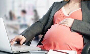 Sievietēm ar augstāko izglītības līmeni bērni dzimst izteikti vēlāk – pēc 30 gadiem, liecina CSP dati
