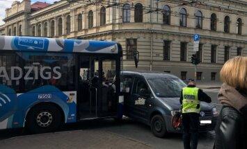 Foto: Barona ielā saskrienas satiksmes autobuss un vieglais auto