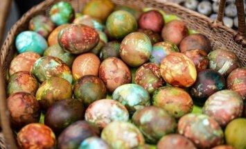 Krāsotas sīpolu mizās vai zīda kaklasaitēs – meklējam raibākās Lieldienu olas