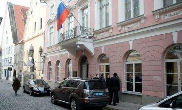 Piedzēries Krievijas vēstniecības darbinieks Tallinā ar auto iestūrē stabā un aizmūk