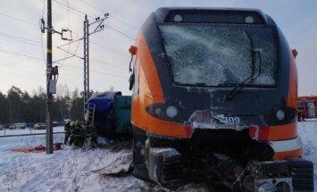 Foto: Pēc sadursmes ar kravas auto Igaunijā no sliedēm noskrējis vilciens