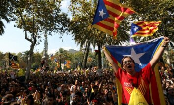 Barselonā tūkstošiem cilvēku pieprasa atbrīvot aizturētās kataloņu amatpersonas