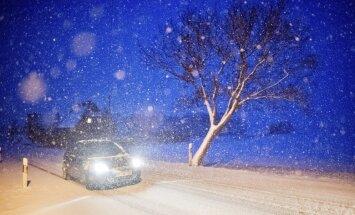 Daudzviet aizsnigušos autoceļus tīra ziemas tehnika