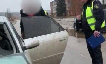 Video: Policija Balvos aptur bravūrīgus un dzērušus jauniešus bez tiesībām