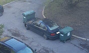 Foto: Purvciemā autovadītāju 'pārmāca' ar atkritumu konteineriem
