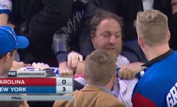 Video: Fani izmisīgi cīnās par 'Rangers' vārtsarga Lundkvista nūju