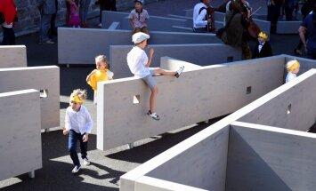 Doma laukumā pie baznīcas atklāts bērnu rotaļu laukums 'Labirints'