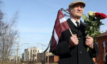 Lopu vagonos aizveda 10 000 ģimeņu - Latvijā piemin PSRS deportācijas