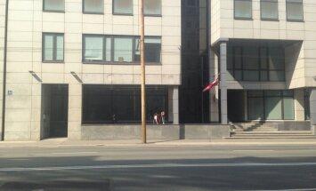 Lasītāja satraukusies: Svētku dienā Rīgā plīvo karogs ar sēru lenti