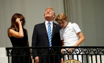 Ļaudis izsmej Donalda Trampa pārdrošo lūrēšanu uz Sauli