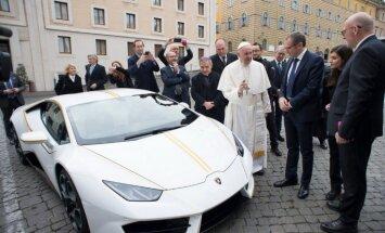 Romas pāvestam autoražotājs uzdāvinājis 'Lamborghini' superauto