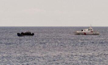 Nelegālos imigrantus padzen no neapdzīvotas Spānijas salas Marokas piekrastē
