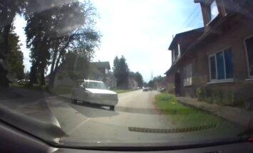 Video: Pirms taranēt māju, auto Skrīveros gandrīz izraisa citu avāriju