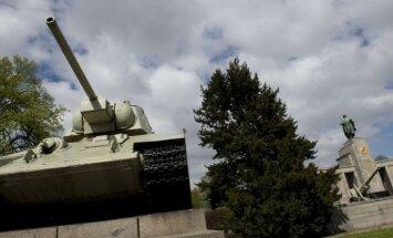 Vācijas laikraksti lūdz Bundestāgu aizvākt krievu tankus no Otrā pasaules kara memoriāla